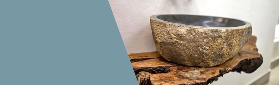 Installazione di lavandino in pietra di fiume da appoggio in bagno